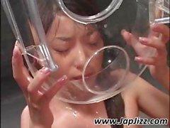 Rohen Japanese biddy mit sacrilegious Spiess trinkt ein paar Samen