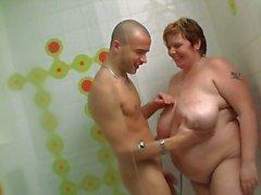 Enorme dame wordt geschroefd in de douche