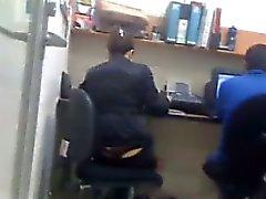 Девочка в офисе с ремешок