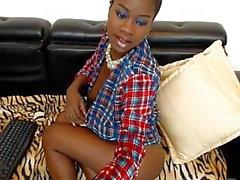 Ebony Jessy yrittää piilottaa hänen isot tissit ja pussy udner -paita