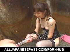 Tomoka Matsunami baise homme dans la bouche et le cul avec sangle sur l'extérieur