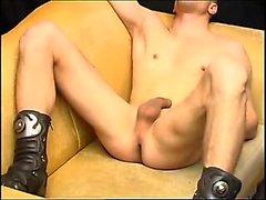 Blond tonåring dominerar ett flint man som in Annonser för BDSM dungeon