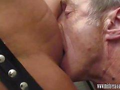 Herrin von Carly bumst in toilet und die hat Slave lecken Spritzen
