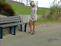 Babe magnifiques lui montre sa de longues jambes galbées et talons aiguilles sexy