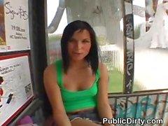 Брюнет проблесковый Titties В государственной автобус на остановке
