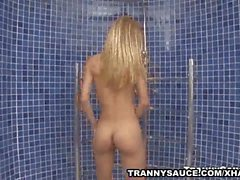 Blonde Tranny wanks off her cock