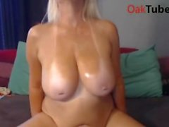 Nasty horny MILF playing with herself on webcam