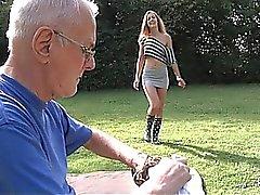 Lyckligt farfars röjer ungt kåta fitta