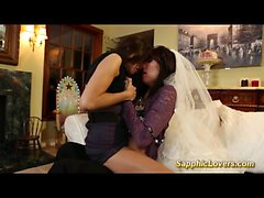 Braut aufweist lesbischen Sex