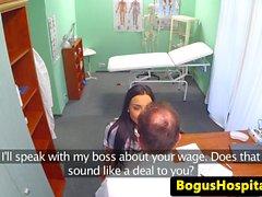 Fake médecin séduit magnifiques infirmière avec oral