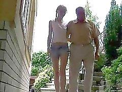 Söt tonåring tjej åtnjuter sex med morfar