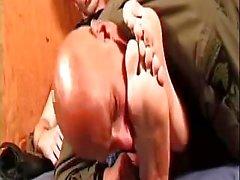 Hombre calvo chupando los dedos del pie con pasión lindos muchacho