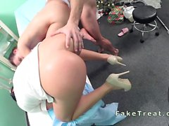 Médecins baises dame et d'une infirmière le nettoyage