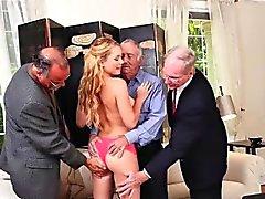 Blond tonåring Raylin Ann gäng Gruppsex med tre äldre män