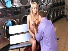 Sexy , grossi seni di MILF biondi si masturba presso il lavanderia mat ed ottiene batté