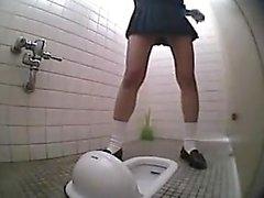 Schoolgirl tuvalet pees ve sonra diye değiştirmek için kalkıyor