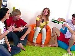Sexo quarteto quente com adolescentes loira e morena ser fodida