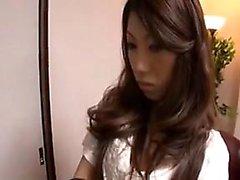 Herrliche asiatische Mädchen in Strümpfen wird wie eine Schlampe b behandelt