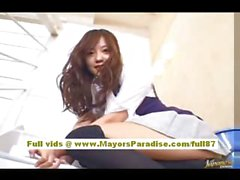 Мийу Хошино Китайская девушка в школьной формы потирает влажную киску