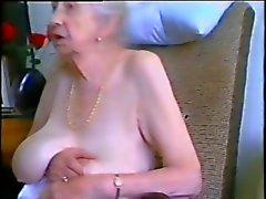 Granny mit grauen Haaren und geilen Titten
