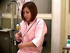 Азиатские милашки малых синицы проверяется врача