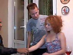 Русская Babe Alice встает на колени