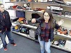Две девочки пытаются украсть и получить захлопнула роговой pawnkeeper
