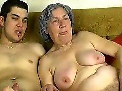 OmaPass O menino novo foder avó muito antigas com a sua namorada