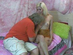 Het blond tonåring gör att ett gamla man som sperma