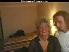 Old блондинки бабушка в зрелые тройки сосет и получает пробуренных