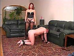 Сексуальная Краснокожий по нейлон играя с ее парнем