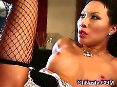 femme de chambre d'Asie très chaude avec les écrous guilleret