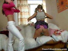 Splendido adolescenti delle lesbiche di Bonny E Alice champagne potabile