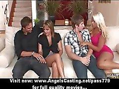 Quarteto swinger festa de sexo com mulheres quentes fazendo boquete e fodido