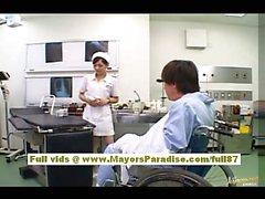 Infirmière asiatique à chaud Rio se met nue et jouant