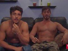 2 прямые горячей двоюродными братьями положить на камера чат -шоу