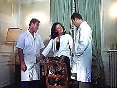 A alegria Karins enfermeira da alemães fodida por de duas médica