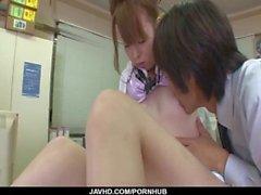 Misato Sakurai est stimulée avec des jouets