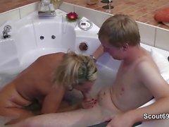 Mutti hilft 18yr alten Bubi bei seinem ersten mal Sexo