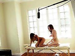 Les masseuse masturbates