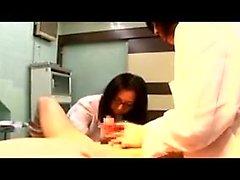 Luscious médecins japonais traite un coq raide avec leur s