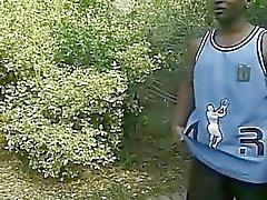Chica el ébano embarazada presenta los lanzadores la leche tetonas