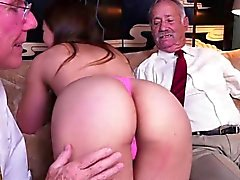 Söpöliini muratti ruusu Gets fondled By Rich Old Men
