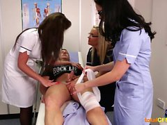 les gars blessés obtient l'aide des infirmières