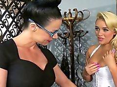 Lesbo nena a Alexis de Monroe dominado por los Madres para Coger