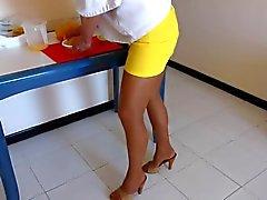 Hausfrau auf Strumpfhose und Absatz Mules