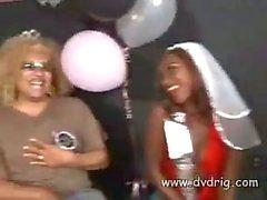 Braut zu sein Gen Tilly besäuft bis Vorabend ihren Partei und saugt Male Strippers Schwanz Vor dem Er bumst ihrer engen Pussy