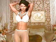 Caldo bambino di Veronica Zemanova di stripping e in posa il suo corpo caldo sul suo letto