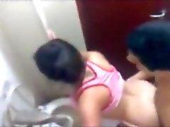 Latina kamusal bir tuvalette yakalandı