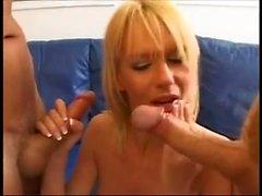 Hot slut bionda in calze farcito con grosso cazzo